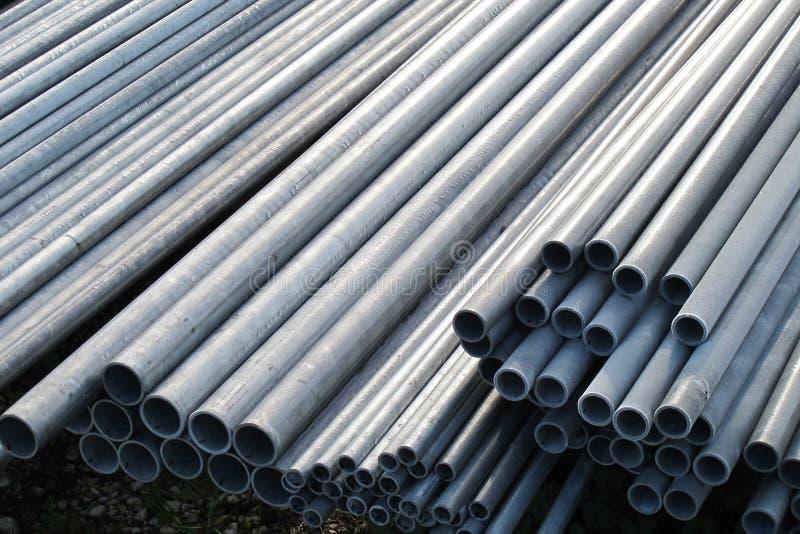 堆铁为电缆运输用管道输送和操作 免版税库存照片