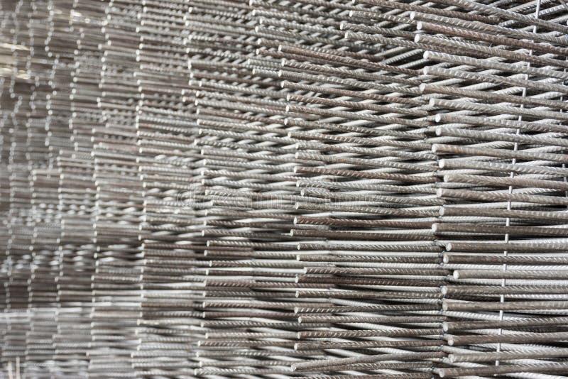 堆铁棍纹理在建造场所 免版税库存照片
