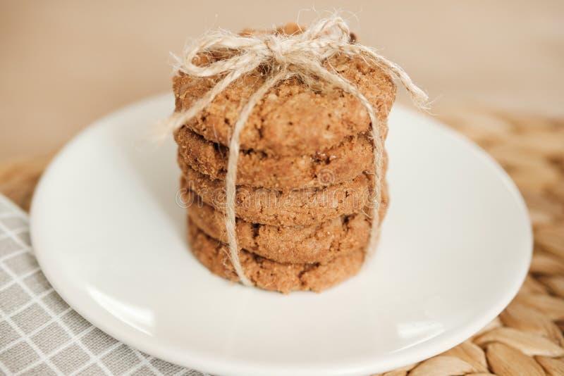 堆麦甜饼栓与在轻的背景的一条绳索 ?? 免版税库存图片
