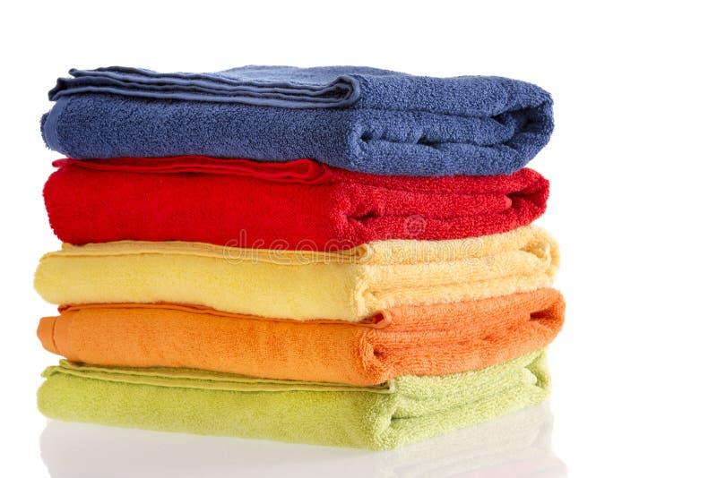 堆整洁地被折叠的五颜六色的棉花毛巾 免版税库存照片