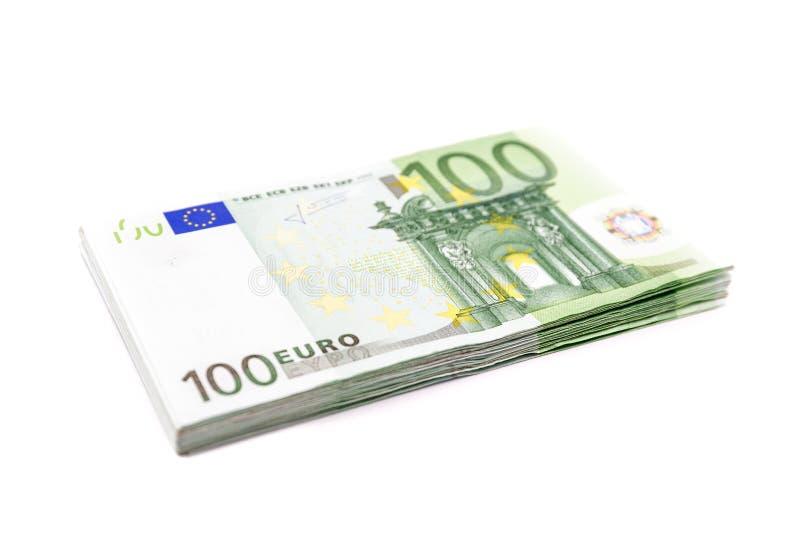 堆100欧元钞票 在白色背景隔绝的欧洲货币金钱钞票 免版税库存照片