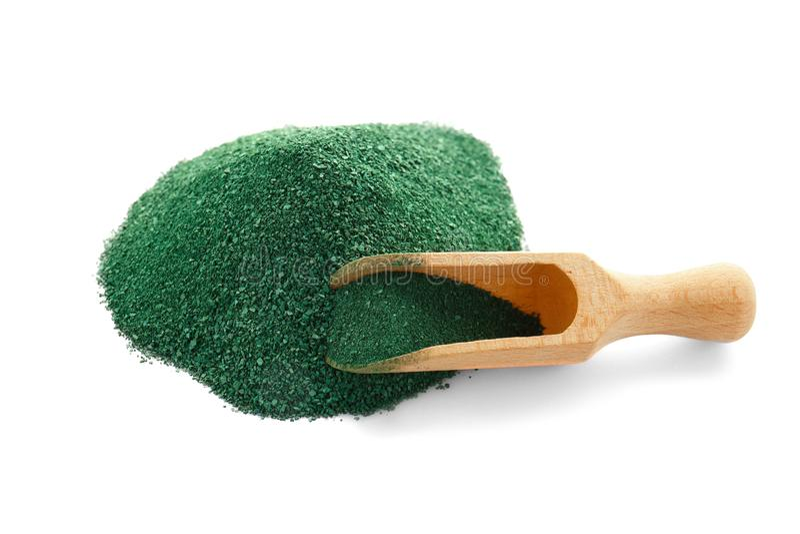 堆spirulina海藻粉末和木瓢 免版税库存图片