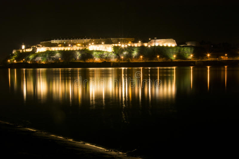 堡垒反射在河 免版税库存照片