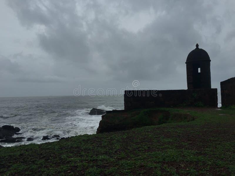 堡垒在海季风之前下雨葡萄牙goa 免版税库存照片