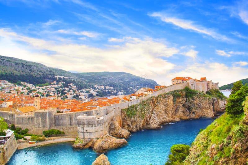 堡垒墙壁和历史的市的海湾的美丽的景色杜布罗夫尼克,克罗地亚 库存图片