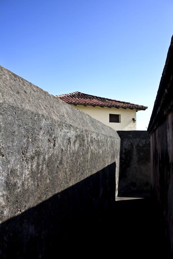 堡垒粗砺的灰色墙壁在阳光下 图库摄影