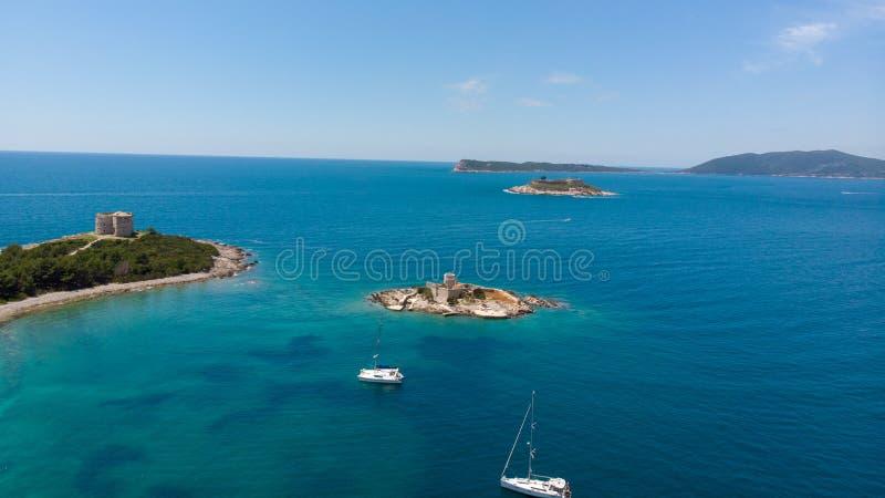 堡垒阿扎镇和海岛在马穆拉岛附近海岛的Otocic Gospa,在亚得里亚海 ?? 库存图片