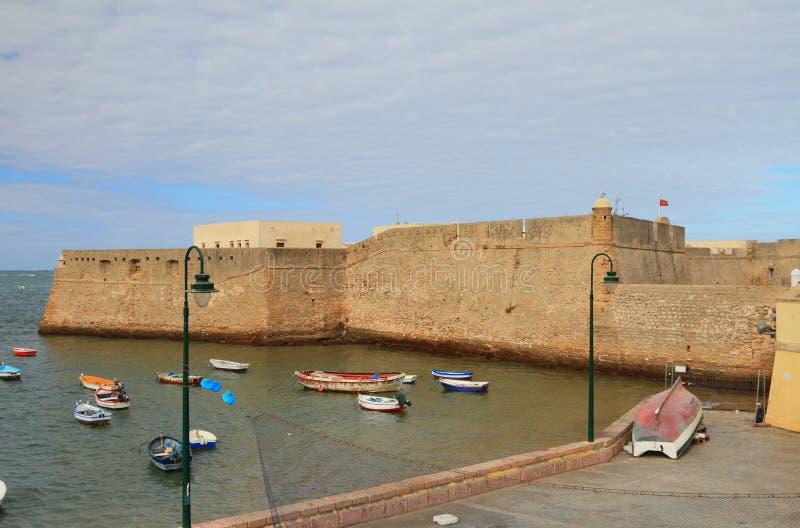 堡垒,海,渔船 卡迪士西班牙 免版税库存图片