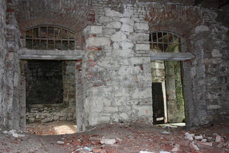 堡垒Bastione,19世纪军事堡垒,被放弃对自然忽视  困厄的石建筑里面 免版税库存照片