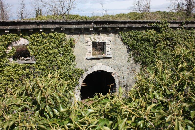 堡垒Bastione,19世纪军事堡垒,被放弃对自然忽视  困厄的石建筑里面 免版税图库摄影