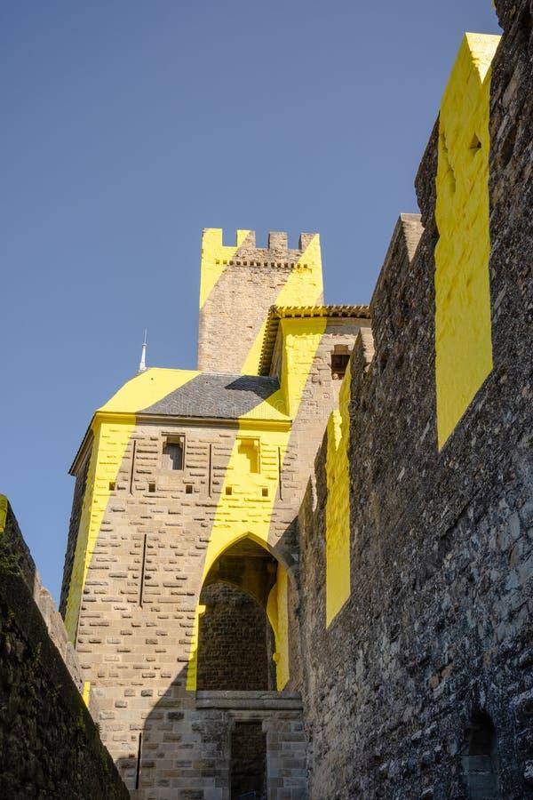 堡垒La Cité,卡尔卡松,法国的黄色涂灰泥的城堡墙壁 免版税图库摄影
