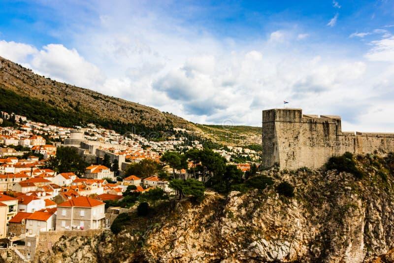 堡垒Lovrijenac和有红瓦顶的传统地中海房子全景在杜布罗夫尼克,达尔马提亚,克罗地亚 库存照片