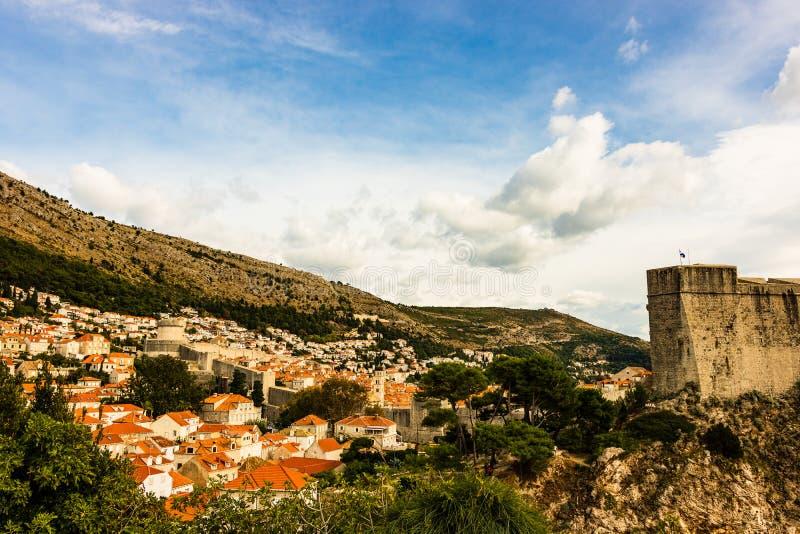 堡垒Lovrijenac和有红瓦顶的传统地中海房子全景在杜布罗夫尼克,达尔马提亚,克罗地亚 免版税库存图片