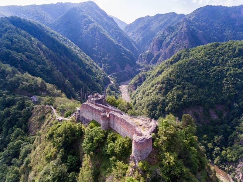 堡垒Poenari鸟瞰图在Arefu, Arges县附近的,吉卜赛 免版税库存照片
