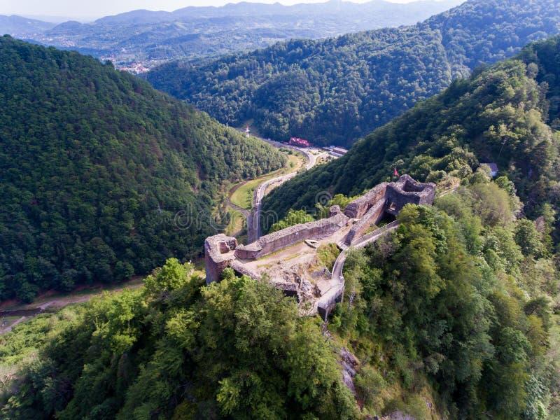 堡垒Poenari鸟瞰图在Arefu, Arges县附近的,吉卜赛 库存照片