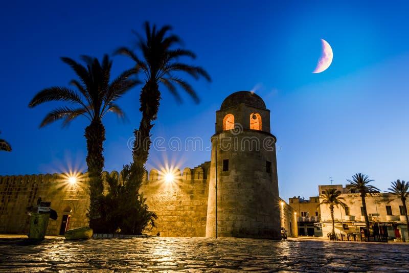 堡垒Ribat在麦地那苏斯在被月光照亮夜 库存照片