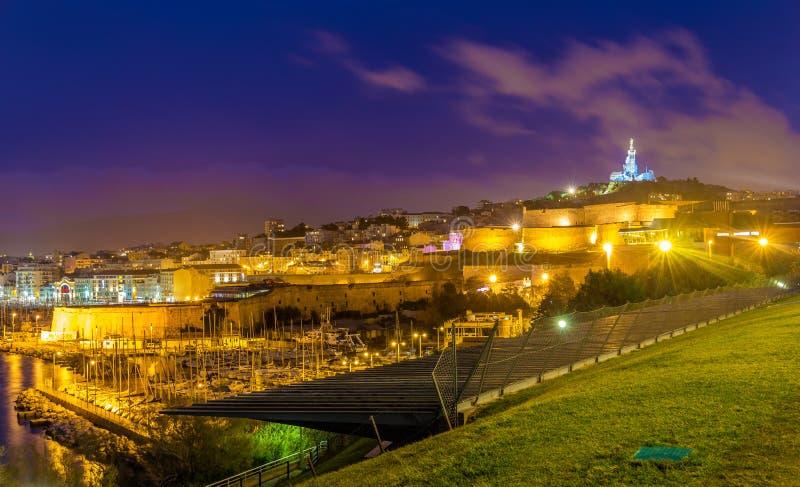 堡垒St尼古拉斯和Notre贵妇人de la加尔德角夜视图在3月 免版税图库摄影