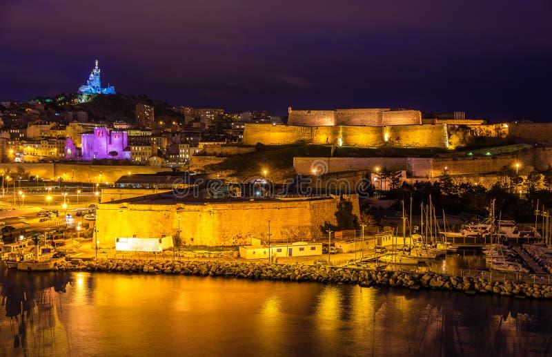 堡垒St尼古拉斯和Notre贵妇人de la加尔德角夜视图 免版税库存照片