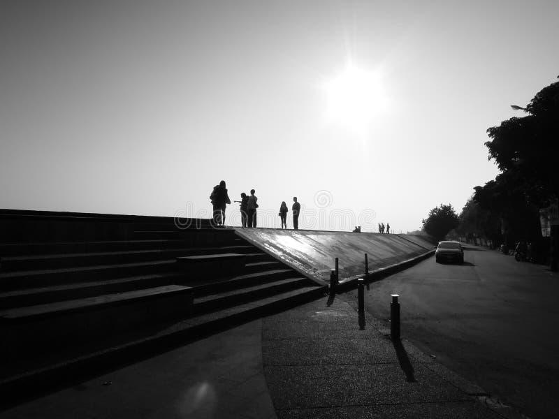 堤坝、人民和太阳 库存照片