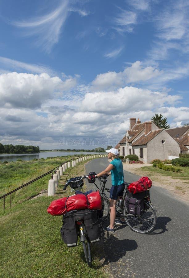 堤堰的骑自行车的人 免版税图库摄影