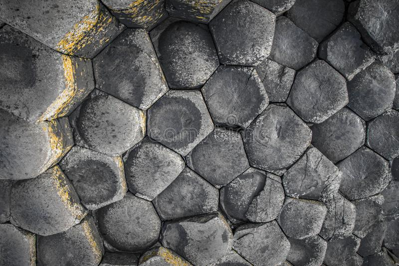 堤道湿巨人的岩石 免版税图库摄影