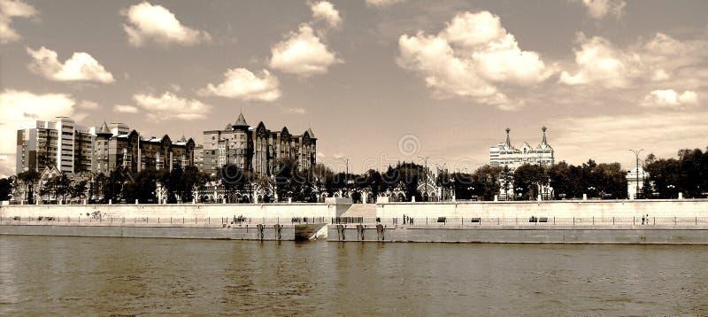 堤防在布拉戈维申斯克镇  免版税库存图片