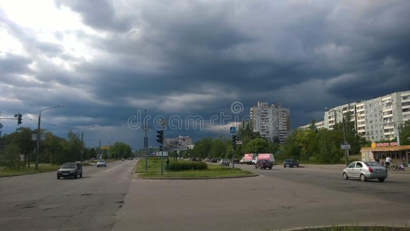 堤防市在雨前的Zaporizhzhia 免版税库存图片