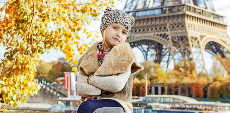 堤防的典雅的女孩在巴黎,法国坐栏杆 库存照片