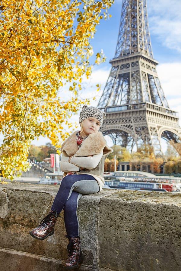 堤防的典雅的女孩在巴黎,法国坐栏杆 图库摄影