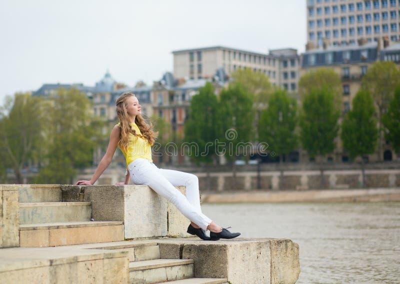 堤防的女孩在巴黎 免版税库存照片