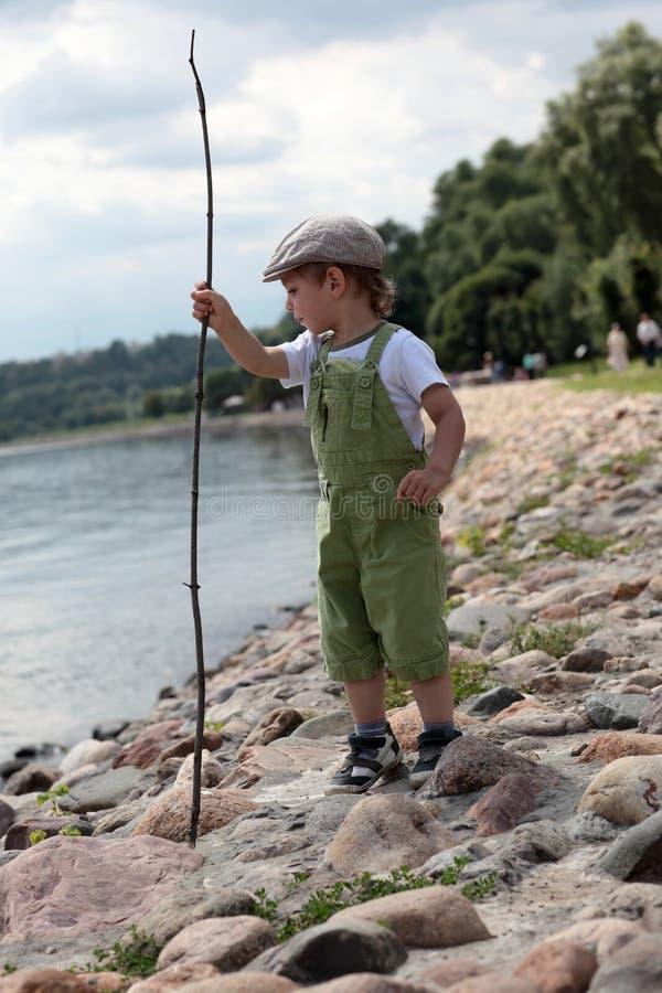 堤防的孩子 库存照片