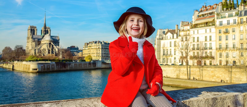 堤防的微笑的孩子在巴黎,显示赞许的法国 图库摄影