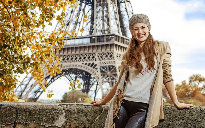 堤防的旅游妇女在埃佛尔铁塔附近在巴黎,法国 免版税图库摄影