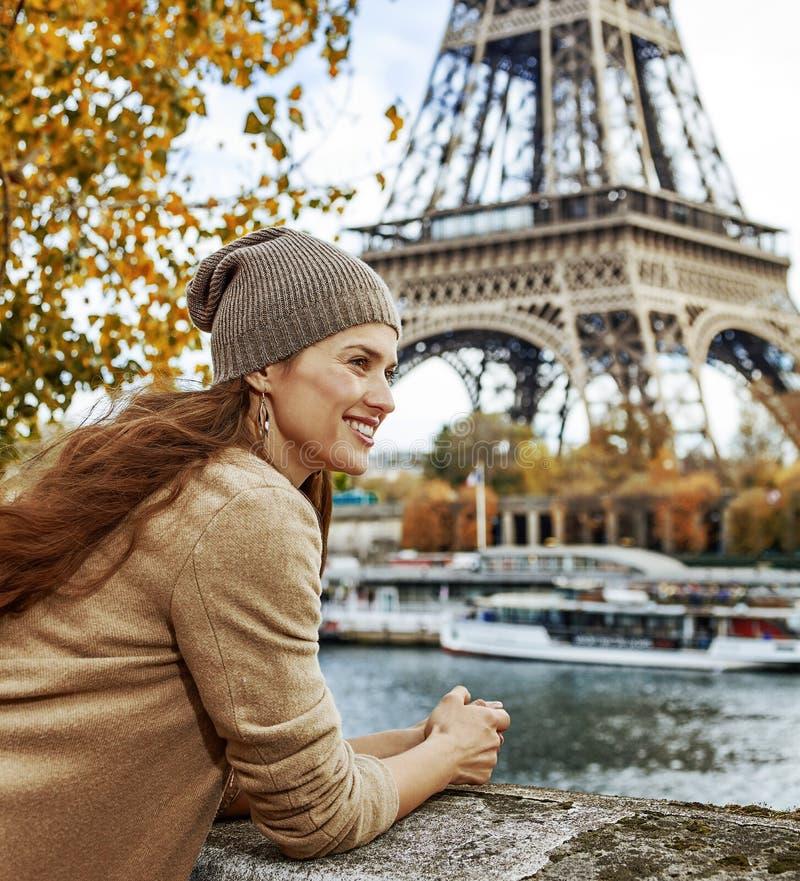 堤防的旅游妇女在巴黎,有的法国游览 免版税库存照片