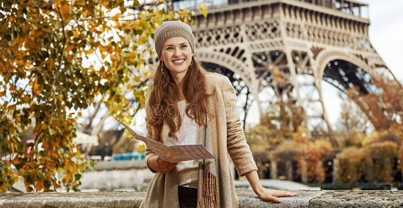 堤防的旅游妇女在调查距离的巴黎 免版税库存照片