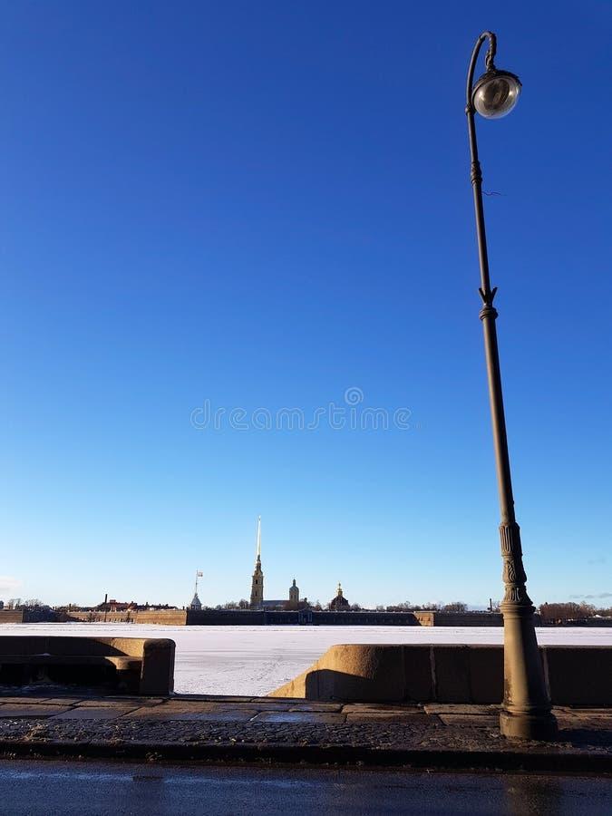 堤防的看法在圣彼德堡彼得和保罗堡垒的在一个晴朗的晴天 免版税库存图片