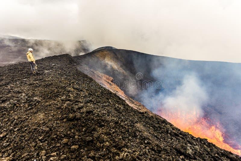 堪察加彼得罗巴甫洛夫斯克地区,俄罗斯- 2013年8月11日:在扎尔巴奇克火山边缘爆发火山口的旅游身分  免版税库存照片