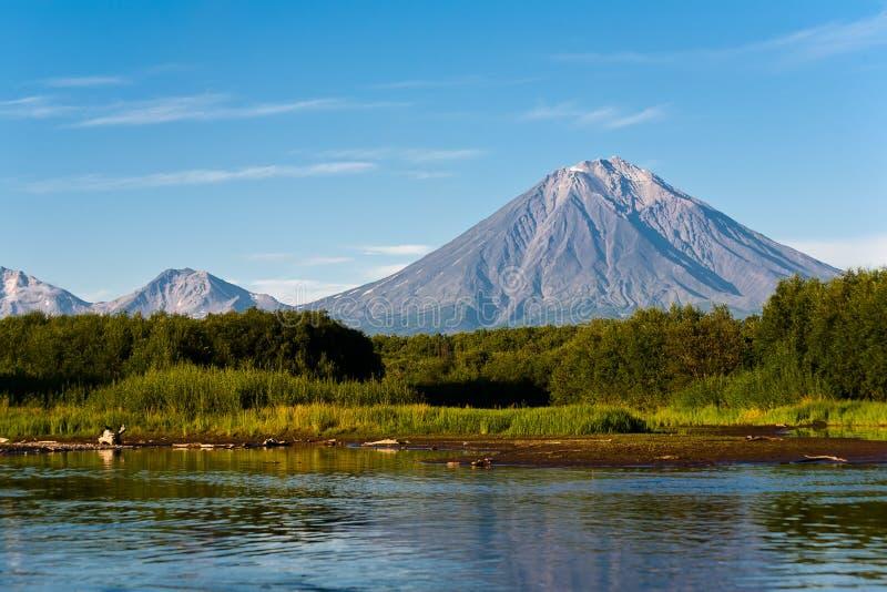 堪察加的火山Koryaksy和河Avacha。 免版税图库摄影