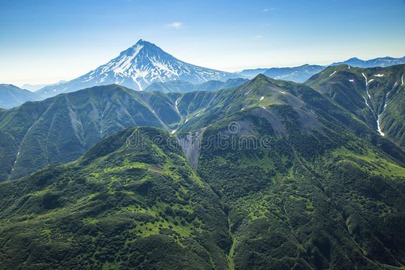 堪察加空中风景视图火山和绿色山谷土地  库存照片