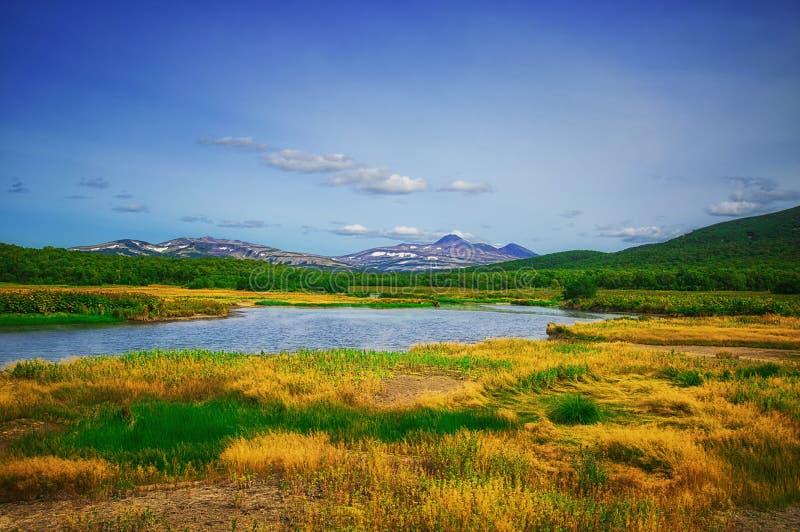 堪察加,自然公园,俄罗斯 在火山Priemysh的脚的Khodutkinskiye温泉城 库存图片
