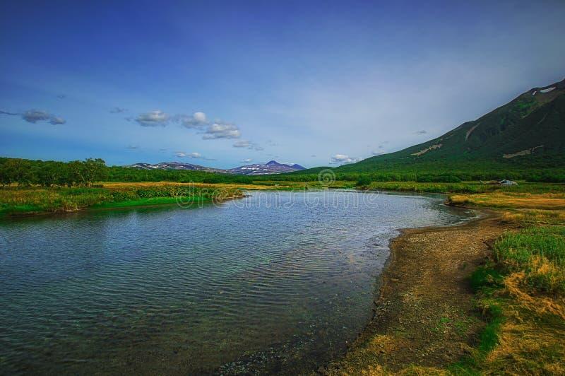 堪察加,自然公园,俄罗斯 在火山Priemysh的脚的Khodutkinskiye温泉城 库存照片