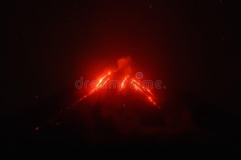 堪察加:熔岩流夜视图在火山倾斜的  库存图片