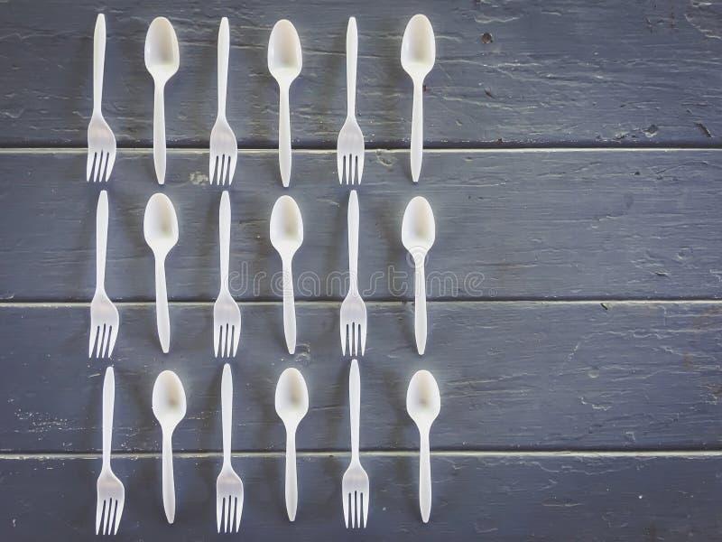 塑料叉子和塑料匙子在桌上 库存图片