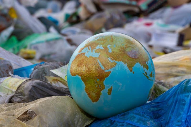 塑料地球行星组装 全世界无用单元收集 让` s做它!清洗塑料残骸行星  库存图片