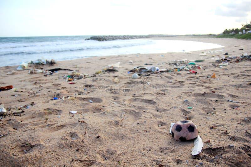 塑料垃圾、泡沫和肮脏的废物在海滩在夏日 图库摄影