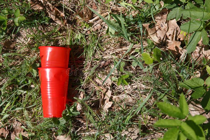塑料垃圾在森林里 免版税库存照片