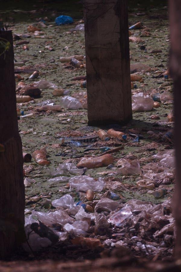 塑料垃圾污染在海洋 显示垃圾的污染问题照片被投掷直接地入海没有 库存照片