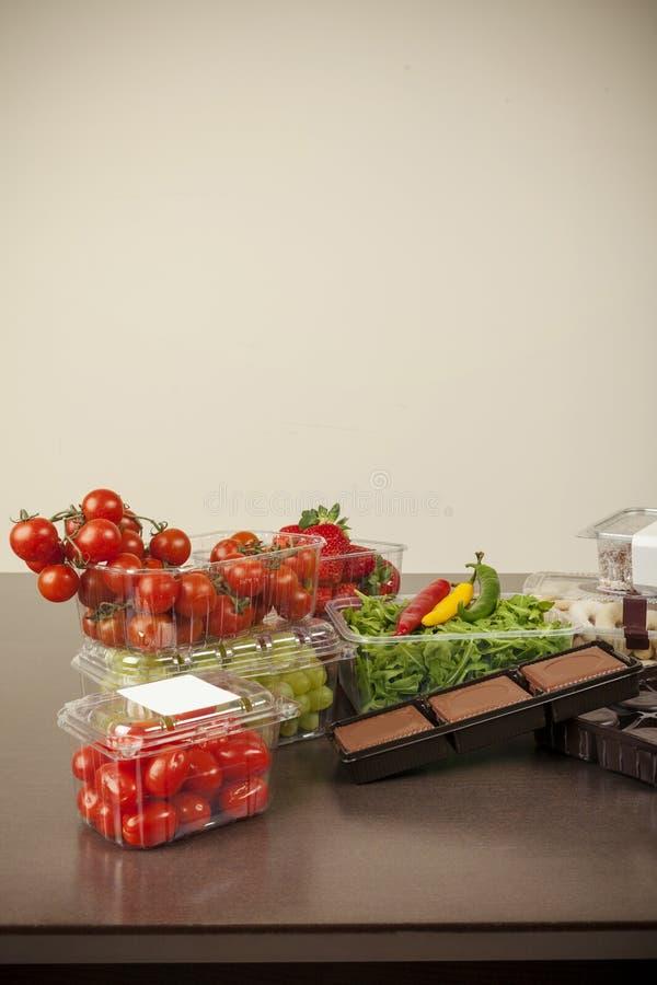 塑料封装水果和蔬菜的 免版税库存照片
