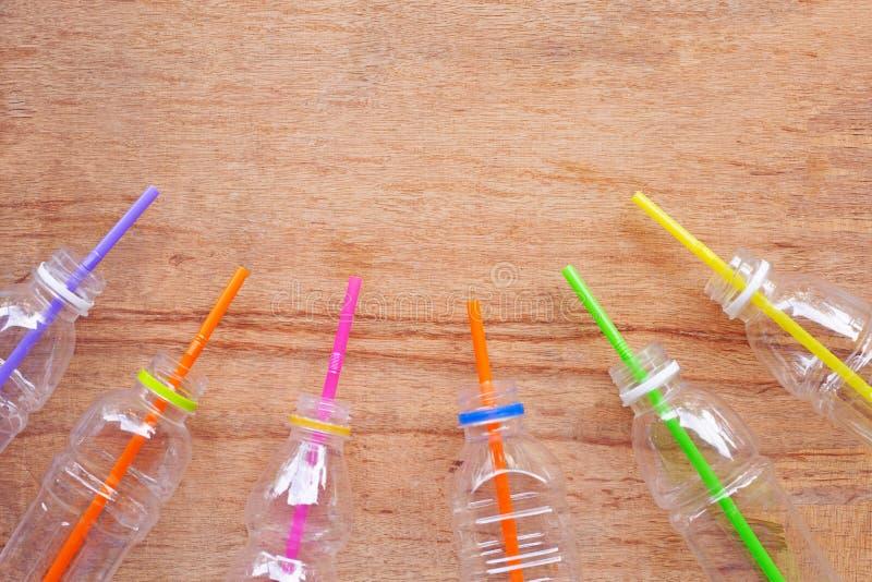 塑料废物,有秸杆的塑料瓶 免版税库存图片