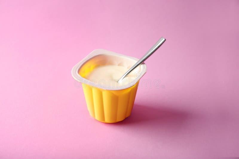 塑料杯子用美味的酸奶 图库摄影
